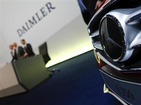 Daimler AG Chief Executive Dieter Zetsche (C), finance chief Bodo Uebber (R) and Daimler Trucks chief Andreas Renschler pose for the media before the start of the company's annual news conference in Stuttgart February 7, 2013. REUTERS/Michael Dalder