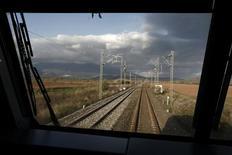 La Grèce a lancé vendredi un appel d'offres pour la privatisation de son monopole du transport ferroviaire, Trainose, une vente censée contribuer au respect des objectifs fixés par ses créanciers internationaux. /Photo d'archives/REUTERS/Yorgos Karahalis