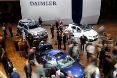 Daimler a plus que doublé son bénéfice opérationnel au deuxième trimestre grâce aux plus-values exceptionnelles générées par la vente de ses parts dans EADS et à l'amélioration des résultats de Mercedes. /Photo prise le 10 avril 2013/REUTERS/Fabrizio Bensch