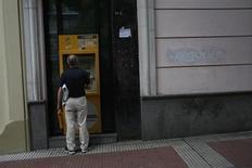Un distributeur de billets de banque à Madrid. Les banques espagnoles font pression sur le gouvernement pour transformer jusqu'à 30 milliards d'euros d'impôts différés actifs en crédits d'impôt, ce qui leur permettrait de se conformer plus facilement aux nouvelles règles internationales en matière de fonds propres, selon trois sources bancaires. /Photo prise le 19 juin 2013/REUTERS/Susana Vera