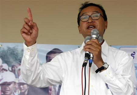 Sam Rainsy, leader of Cambodia's opposition Sam Rainsy Party, speaks during a campaign rally in Kandal province, 50 km (31 miles) west of Phnom Penh July 11, 2008. REUTERS/Chor Sokunthea