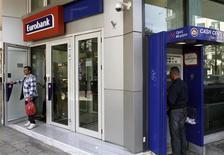 Le Fonds de stabilité financière hellénique (HFSF), organisme public doté de 50 milliards d'euros, a choisi la quatrième banque du pays, Eurobank, pour racheter New Hellenic Postbank (TT) dans le cadre de la réorganisation en cours du secteur bancaire grec. /Photo prise le 10 avril 2013/REUTERS/John Kolesidis
