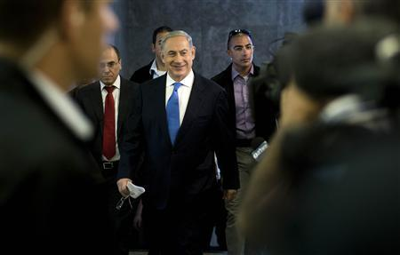 Israel's Prime Minister Benjamin Netanyahu (C) arrives to the weekly cabinet meeting in Jerusalem July 14, 2013. REUTERS/Abir Sultan/Pool