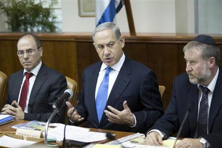 Israel's Prime Minister Benjamin Netanyahu (C) attends the weekly cabinet meeting in Jerusalem July 14, 2013. REUTERS/Abir Sultan/Pool