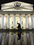Люди проходят мимо Большого театра в Москве 12 октября 2011 года. Рабочая неделя в Москве будет нежаркой и принесет в столицу несколько непогожих дней, прогнозируют синоптики. REUTERS/Anton Golubev