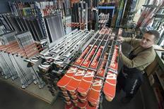 Le fonds d'investissement australien Macquarie est en discussion exclusive pour céder au fonds norvégien Altor 80% environ du groupe grenoblois Rossignol, qui comprend notamment les marques de ski Rossignol et Dynastar, les chaussures de ski Lange et les fixations Look. /Photo d'archives/REUTERS/Robert Pratta