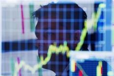Трейдер на Нью-Йоркской фондовой бирже 11 июля 2013 года. Американские рынки акций открылись ростом в понедельник. REUTERS/Lucas Jackson