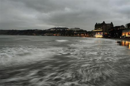 The tide comes in as the sun sets on the seafront in Scarborough, northern England February 26, 2013. REUTERS/Dylan Martinez