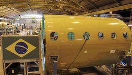 Operário trabalha na montagem de aeronave na sede da Embraer, em São José dos Campos. A Embraer entregou 51 aviões no segundo trimestre deste ano, sendo 22 da aviação comercial e 29 da executiva, informou a fabricante nesta segunda-feira. 14/05/2013. REUTERS/Nacho Doce