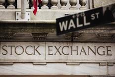 Указатель на Уолл-стрит у здания Нью-Йоркской фондовой биржи 8 мая 2013 года. Американские фондовые рынки выросли в понедельник за счет сильной квартальной отчетности Citigroup, причем индекс S&P 500 завершил ростом восьмую сессию подряд, чего не происходило с января. REUTERS/Lucas Jackson