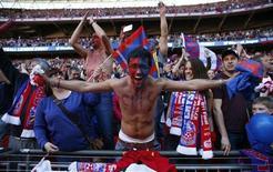 """Болельщики """"Кристал Пэлас"""" радуются победе над """"Уотфордом"""" на стадионе """"Уэмбли"""" в Лондоне 27 мая 2013 года. Испанская """"Севилья"""" продаст 20-летнего полузащитника молодежной сборной Испании Хосе Кампанью в английский """"Кристал Пэлас"""", сообщили """"красно-белые"""" на своем сайте. REUTERS/Eddie Keogh"""