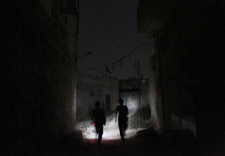 Free Syrian Army fighters move along a street at night in Aleppo's Karm al-Jabal district July 15, 2013. Picture taken July 15, 2013. REUTERS/Muzaffar Salman