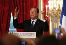 A l'occasion du 130e anniversaire de l'Alliance française, François Hollande a évoqué mardi le souvenir de son grand-père instituteur lui apprenant chaque jour une page du dictionnaire. /Photo prise le 16 juillet 2013/REUTERS/Ian Langsdon/Pool