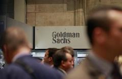 Трейдеры проходят мимо логотипа Goldman Sachs у стенда банка на Нью-Йоркской фондовой бирже 16 июля 2010 года. Прибыль Goldman Sachs Group Inc во втором квартале 2013 года удвоилась, поскольку банк получил больше денег, торгуя облигациями, прежде чем скачок процентных ставок потряс рынки в июне. REUTERS/Brendan McDermid