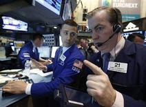 Трейдеры на торгах Нью-Йоркской фондовой биржи 3 мая 2013 года. Американские рынки акций открылись разнонаправленно. REUTERS/Brendan McDermid