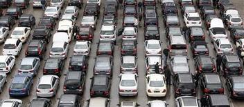 Clientes caminham entre carros novos e usados no pátio de revendedora em Emmering, próximo a Munique. As vendas de carros na Europa no primeiro semestre caíram ao menor nível em 20 anos, com o recuo de 6,3 por cento em junho sugerindo que ainda não há alívio para uma indústria atingida por excesso de capacidade e demanda enfraquecida. 5/03/2012. REUTERS/Michaela Rehle