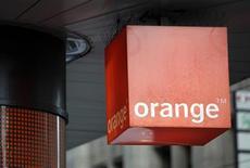 Orange envisage la vente de ses actifs en République Dominicaine, une opération qui pourrait atteindre 900 millions d'euros et qui s'inscrit dans une stratégie de retrait des marchés non stratégiques pour rembourser la dette,selon sept personnes proches du dossier. /Photo d'archives/REUTERS/Denis Balibouse