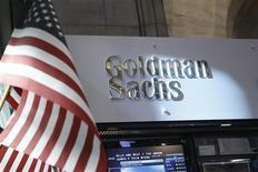 La banque d'investissement Goldman Sachs Group a annoncé mardi un bénéfice trimestriel doublé - et dépassant largement le consensus de Wall Street - grâce à de judicieux placements opérés avec ses propres deniers. Le bénéfice net a augmenté à 1,86 milliard de dollars, contre 927 millions un an auparavant. /Photo prise le 16 juillet 2013/REUTERS/Brendan McDermid