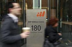 BHP Billiton affiche une production annuelle sans précédent de minerai de fer à 187 millions de tonnes, soit une hausse de 9%. Le groupe anglo-australien annonce également que le développement de ses opérations australiennes se déroule plus vite que prévu. /Photo d'archives/REUTERS/Mick Tsikas