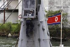 Рабочий осматривает северокорейское грузовое судно в порту Мансанильо в городе Колон 16 июля 2013 года. Панама захватила северокорейское грузовое судно, которое предположительно перевозило ракетное оборудование среди партии сахара из Кубы, а во время проверки капитан попытался перерезать себе горло. REUTERS/Carlos Jasso