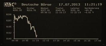 Les Bourses européennes sont en baisse à mi-séance. À Paris, le CAC 40 perd 0,46% à 3.833,50 points vers 10h30 GMT. À Francfort, le Dax cède 0,49% et à Londres, le FTSE recule de 0,44%. /Photo prise le 17 juillet 2013/REUTERS/Remote