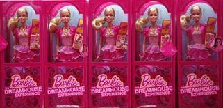 """Куклы Barbie в магазине в """"Доме мечты Барби"""" в Берлине 15 мая 2013 года. Прибыль Mattel Inc во втором квартале 2013 года оказалась существенно ниже прогнозов из-за падения продаж кукол Barbie. REUTERS/Fabrizio Bensch"""