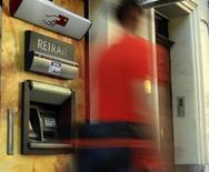 Avec la conjoncture, le risque souverain, et les différentes réglementations, les banques françaises n'ont pas fini de s'adapter à une crise qui continuera de peser sur leurs résultats. Le cabinet Roland Berger estime que les banques européennes ne renoueront pas avec des rendements de capitaux propres à deux chiffres avant 2015. Ils atteignaient 17% en moyenne en 2007 et 0% en 2012. /Photo d'archives/REUTERS