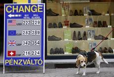 Указатель обменного пункта в Будапеште 31 августа 2010 года. Доллар поднялся к корзине мировых валют в ходе неровных торгов после выступления в Конгрессе главы ФРС Бена Бернанке. REUTERS/Bernadett Szabo