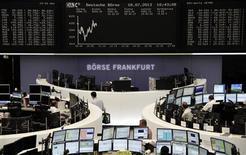 Les Bourses européennes sont stables voire en légère hausse jeudi à mi-séance, animées par une série de résultats trimestriels. À Paris, le CAC 40 gagne 0,18% à 3.878,95 points vers 11h00 GMT. À Francfort, le Dax est stable et à Londres, le FTSE prend 0,34%. /Photo prise le 18 juillet 2013/REUTERS/Remote