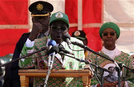 Zimbabwean President Robert Mugabe speaks at an election rally in Chitungwiza, about 35 km (22 miles) south of the capital Harare July 16, 2013. REUTERS/Philimon Bulawayo