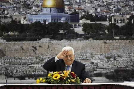 Palestinian President Mahmoud Abbas (C) gestures during a meeting of the Palestinian leadership in the West Bank city of Ramallah July 18, 2013. REUTERS/Mohamad Torokman