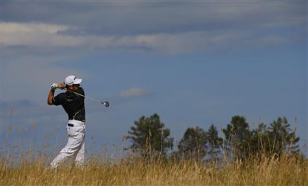 Louis Oosthuizen of South Africa watches his tee shot on the sixth hole during the first round of the British Open golf Championship at Muirfield in Scotland July 18, 2013. REUTERS/Brian Snyder