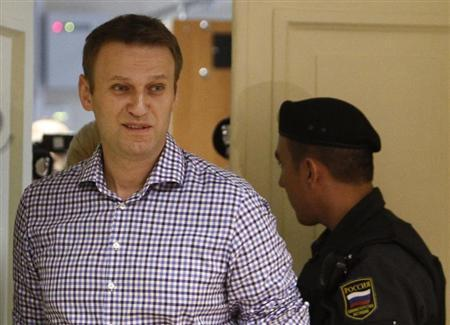 Russian protest leader Alexei Navalny walks into a courtroom to attend a hearing in Kirov, July 18, 2013. REUTERS/Sergei Karpukhin