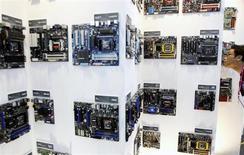 Advanced Micro Devices a subi une perte nette de 74 millions de dollars au deuxième trimestre -un chiffre moins élevé que les prévisions des analystes- sous le coup de sa transition hors du marché du PC, mais son chiffre d'affaires a dépassé les attentes et le groupe l'attend encore en hausse sensible lors du trimestre en cours. /Photo d'archives/REUTERS/Pichi Chuang