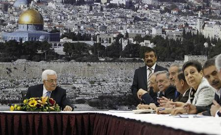 Palestinian President Mahmoud Abbas (L) attends a meeting of the Palestinian leadership in the West Bank city of Ramallah July 18, 2013. REUTERS/Mohamad Torokman