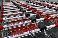 Carrefour, plus forte baisse du CAC 40 à la mi-séance, est à suivre à la Bourse de Paris. Le distributeur perd vendredi 1,45% au lendemain d'un gain de plus de 4% consécutif à l'annonce jeudi d'une stabilisation de son chiffre d'affaires au 2e trimestre, tandis que l'indice parisien recule de 0,41% à 3.911,56 points vers 13h00. /Photo prise le 30 avril 2013/REUTERS/Charles Platiau