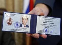 Удостоверение кандидата в мэры Москвы, оппозиционного лидера Алексея Навального 17 июля 2013 года. Аналитики заподозрили раскол кремлевских элит из-за Навального. REUTERS/Grigory Dukor