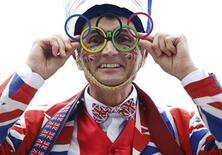 Entusiasta britânico posa para foto em Trafalgar Square antes do desfile olímpico pelo centro de Londres. Os benefícios econômicos da realização da Olimpíada de 2012 em Londres já superaram o gasto público de 9 bilhões de libras (13,7 bilhões de dólares) na organização do evento, disse o governo britânico nesta sexta-feira. 10/09/2012. REUTERS/Luke MacGregor