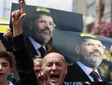 Pro-Islamic Turks take part in a demonstration supporting deposed Egyptian President Mohamed Mursi after Friday prayers in Istanbul July 19, 2013. REUTERS-Osman Orsal