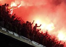 Fãs do Fenerbahçe acendem sinalizadores durante partida contra o Galatasaray válida pela Super Liga Turca, no estádio Sukru Saracoglu, em Istambul. O Fenerbahçe vai enfrentar o Salzburg na terceira rodada da fase de classificação da Liga dos Campeões, de acordo com sorteio realizado nesta sexta-feira, um dia após o clube turco ter conseguido cancelar temporariamente uma suspensão de dois anos por manipulação de resultados. 12/05/2013. REUTERS/Osman Orsal