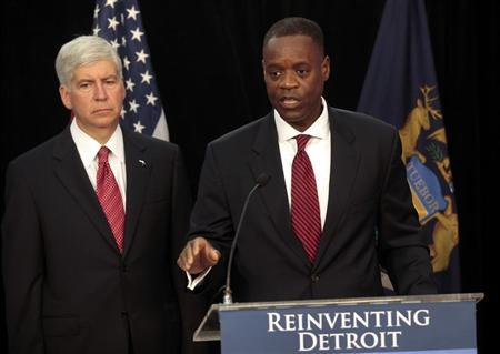 Detroit Emergency Manager Kevyn Orr (R) addresses the media as Michigan Governor Rick Snyder listens during a news conference about filing bankruptcy for the city of Detroit in Detroit, Michigan July 19, 2013. REUTERS/ Rebecca Cook