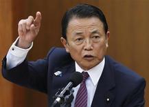 Ministro das Finanças do Japão, Taro Aso, fala na audiência semestral no Parlamento sobre política monetária, na Câmara do Parlamento, em Tóquio, 19 de junho de 2013. O Japão irá se empenhar para elaborar um plano fiscal de médio prazo confiável até a cúpula com os líderes do G20 em setembro, disse neste sábado o ministro das Finanças do país, Taro Aso. 19/07/2013 REUTERS/Issei Kato