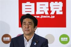 Primeiro-ministro do Japão e líder do Partido Democrata Liberal (LDP), Shinzo Abe, durante apresentação para a mídia na sede do LPD, após eleição no Senado, em Tóquio, 21 de julho de 2013. Abe conquistou importante vitória na eleição para o senado neste domingo, consolidando o seu domínio no congresso e preparando o terreno para o primeiro governo estável do Japão desde a saída do carismático Junichiro Koizumi em 2006. 21/07/2013 REUTERS/Yuya Shino