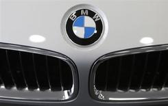 """BMW se tourne vers internet et envisage même de mettre ses commerciaux à contribution pour accroître ses ventes. La """"Force de vente mobile"""" de BMW pourrait aussi visiter des clients à leur domicile. /Photo prise le 13 juin 2013/REUTERS/Lee Jae-Won"""