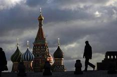 Человек идет по Красной площади на фоне Покровского собора в Москве 21 декабря 2007 года. Рабочая неделя в Москве будет прохладной и дождливой, ожидают синоптики. REUTERS/Denis Sinyakov