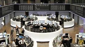 Помещение Франкфуртской фондовой биржи 14 мая 2013 года. Европейские акции малоподвижны на фоне неоднозначной квартальной отчетности компаний. REUTERS/Remote/Lizza David