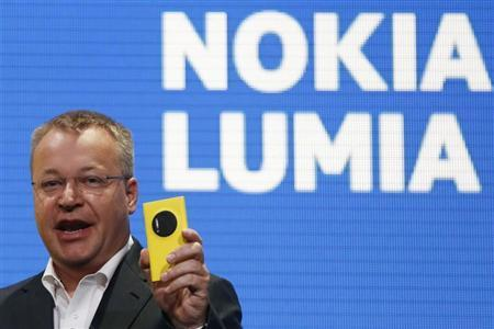 Nokia Chief Executive Stephen Elop unveils Nokia's new smartphone, the Lumia 1020 with a 41-megapixel camera, in New York July 11, 2013. REUTERS/Shannon Stapleton