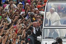 Pope Francis greets the crowd of faithful from his popemobile in downtown Rio de Janeiro, July 22, 2013. REUTERS/Ueslei Marcelino