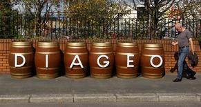 Diageo a reçu le feu vert des autorités chinoises pour devenir l'unique actionnaire de Sichuan Chengdu Shuijingfang Group Company (SJF Holdco), propriétaire du producteur d'alcools blancs ShuiJingFang. Le groupe britannique de spiritueux précise qu'il reprendra les 47% de SJF Holdco détenus par ses partenaires chinois pour 233 millions de livres (271 millions d'euros). /Photo d'archives/REUTERS/David Moir