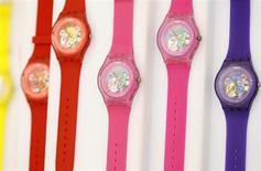Часы Swatch в магазине компании в Берне 4 февраля 2013 года. Прибыль Swatch Group за первое полугодие превзошла ожидания, благодаря чему крупнейший в мире производитель часов выразил уверенность по поводу оставшейся части года. REUTERS/Pascal Lauener